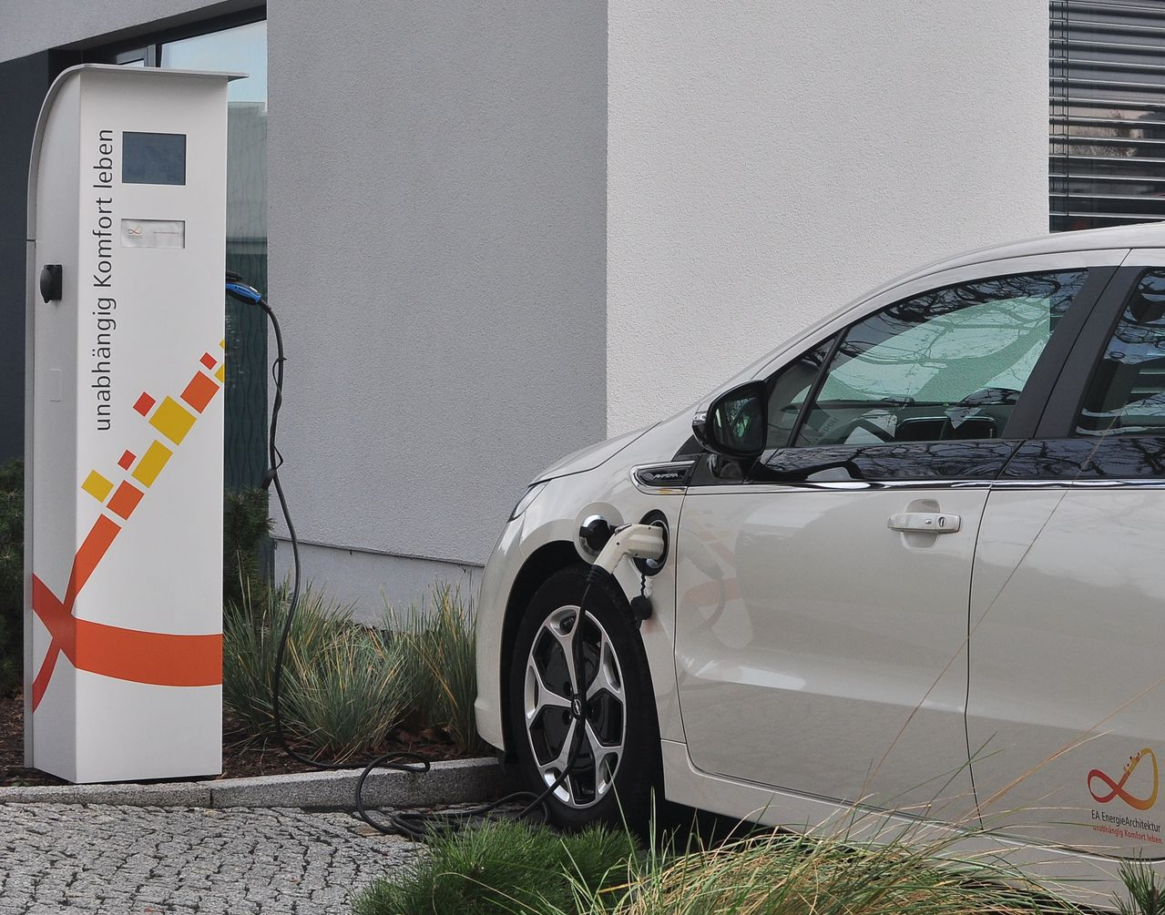"""easyCharge""-Station von EA Systems, Dresden"